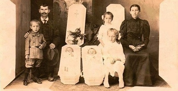 scary-family-portrait-deceased-babies-tombstones